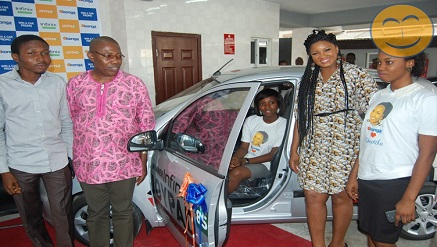 Omotola Jalade Ekeinde, Nollywood star actress (2nd right) with Uzoamaka Anyanwu, a 400-level Marine Science student of University of Lagos and winner of Konga, Infinix Splash who was in company of her family.